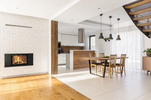kuchnia i salon z kominkiem